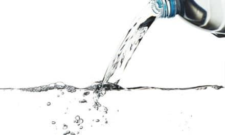 Eau déminéralisée : quelle est sa véritable utilité pour le repassage ?